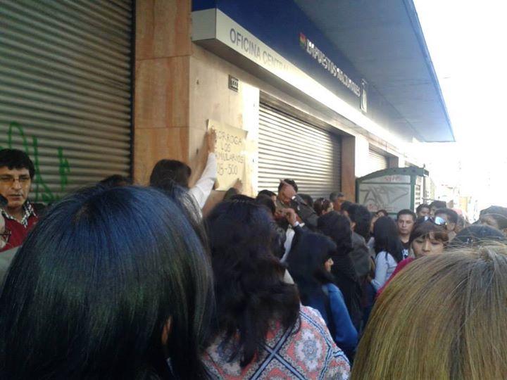 Personas solicitando ampliación en puertas del SIN, Calle Ballivián de La Paz, 9 de mayo. Foto: Karina Torrico F.